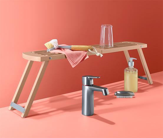 Składana drewniana półka zapewniająca dodatkowe miejsce przy zlewie